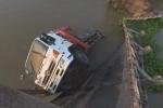 Ô tô bị rơi lao thẳng xuống sông, hồ, ao nước, làm thế nào để không ngạt nước?