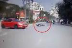 Người đàn ông không đội mũ bảo hiểm ngã lăn trước đầu ôtô bất tỉnh