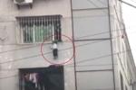 Clip: Kẹt đầu vào 'chuồng cọp' chung cư, bé trai bị treo lơ lửng giữa trời