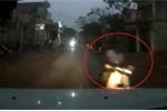 Clip: Thanh niên chạy xe máy cắm mặt vào điện thoại, suýt tông trực diện ô tô