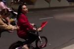 Clip: Mỹ Tâm 'lầy lội', xuống đường 'đi bão' bằng siêu... xe đạp