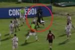 Video: Bị vây đánh, cầu thủ nhổ cột cờ góc tự vệ