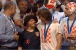 Giữa biển người ăn mừng, Modric trao vinh dự cho CĐV đặc biệt