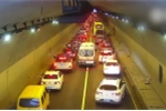 Clip: Hàng trăm ô tô trong hầm rẽ sóng, nhường đường cho xe cứu thương