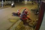 Bị xe máy húc từ phía sau, nạn nhân ngã lộn vòng rồi ngồi ngay ngắn trước thềm nhà