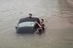 Clip: Ô tô lao xuống sông, người dân nhảy xuống đập vỡ kính cứu tài xế