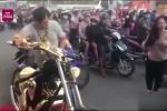 Clip: Đại gia Phúc XO đại náo đường phố với siêu mô tô mạ vàng
