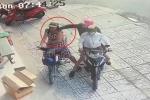 Clip: Người phụ nữ bị giật dây chuyền 2 lần trong vài giây ở Sài Gòn