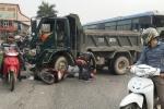 Tai nạn liên hoàn lúc sáng sớm, người phụ nữ nằm bất động dưới gầm xe tải