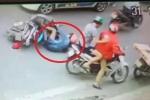 Clip: Gã trai cố tình đạp phụ nữ đi xe máy lao vào đầu taxi gây phẫn nộ