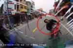 Clip: 'Ma men' lái xe máy ngược chiều, tông trực diện xe tải ở Quảng Ninh