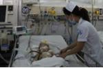 Tội nghiệp bé gái 17 tháng tuổi văng khỏi xe máy, chấn thương nặng