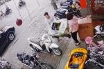 Clip: Em bé vặn ga khiến xe hai mẹ con tông thẳng vào người đi trên vỉa hè