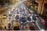 Clip: Khiếp đảm hình ảnh dân Thủ đô chôn chân giữa phố ngập tới đêm