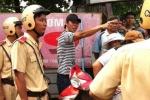 Vung dao hăm dọa, đâm cảnh sát giữa TP.HCM