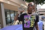 Clip: Vừa khoe sấp tiền dày trên mạng, rapper Mỹ bị cướp có súng 'lột' sạch