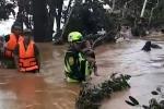 Video: Giải cứu cháu bé giữa rốn lũ do vỡ đập thủy điện ở Lào