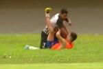 Video: Bị trêu tức, cầu thủ đấm túi bụi cậu bé nhặt bóng