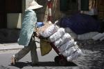 Video: Chật vật mưu sinh dưới trời nóng gần 50°C ở Hà Nội
