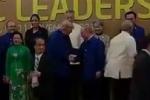 Video: Tổng thống Putin và Trump hồ hởi bắt tay nhau khi chụp ảnh gia đình APEC