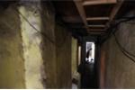 Cận cảnh những con ngõ đi phải khom lưng, chỉ một người chui lọt trong phố cổ Hà Nội