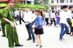 Hơn 100 người ăn mặc phản cảm bị mời ra khỏi khu vực Đền Hùng