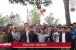 Video: Hàng trăm người hò hét chơi trò bịt mắt đập niêu ở Vĩnh Phúc