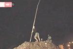 Bộ đội công binh phá khối đá lớn tạo dòng thoát lũ ở Yên Bái