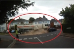 Video: Tài xế xe tải trả giá đắt khi quên kéo phanh tay khiến xe trôi dốc