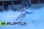 Video: Đang tường thuật trực tiếp, nữ phóng viên bị sóng đánh bay