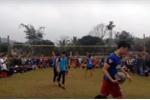 Video: Thủ thành Bùi Tiến Dũng đấu Quách Công Lịch trên sân bóng chuyền