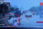Clip: Cuống cuồng nhảy xuống xe khi thấy CSGT, cô gái suýt bị ô tô đâm