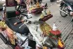 'Xe máy cõi thiên thai' trừ tà tháng cô hồn xôn xao cộng đồng mạng