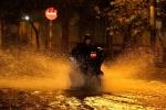 Mưa lớn lúc nửa đêm, đường phố Sài Gòn mênh mông nước