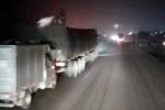 Áp sát xe tải đang phóng như bay để ăn cắp hàng trên cao tốc