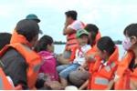 Ngập lụt nhiều ngày ở Hà Nội: Điều cano chuyên dụng chở học sinh đi học