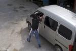 Video: Đuổi theo xe trộm chó, người đàn ông bị kéo lê hàng chục mét, chết thương tâm