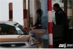 Video: Tài xế là dùng tiền lẻ ướt nước qua trạm BOT