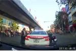 Clip: Không được tạt đầu, người đàn ông đi SH nổi xung đánh tài xế taxi