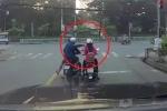 Clip: Cướp đi xe máy giật điện thoại trên tay cô gái dừng đèn đỏ