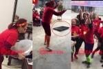 Clip: Nữ CĐV trung niên ném mâm, đập ti vi ăn mừng bàn thắng của Quang Hải
