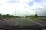 Xe tải ngang nhiên chạy ngược chiều trên đường cao tốc TP.HCM