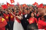 Cô dâu chú rể hòa cùng biển người trên sân bóng trước nhà Quang Hải cổ vũ U23 Việt Nam