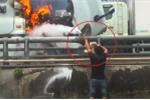 Clip: Đầu container cháy ngùn ngụt và pha dập lửa có một không hai của người đàn ông