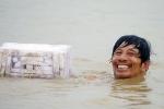 Video: Nắng nóng đổ lửa, dân Hà Nội đổ xô đến các hồ công cộng giải nhiệt