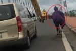 Clip: Gió tạt dữ dội, ô tô chạy chậm 'che chở' người đi xe đạp qua cầu Rồng