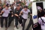 Video: Tài xế không chịu lái xe qua trạm BOT Cai Lậy bị CSCĐ bắt về đồn