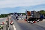 Xe chở gas bị lật, quốc lộ 1 kẹt nhiều giờ liền