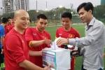Bác sỹ U23 Việt Nam cùng đồng nghiệp giúp đỡ nữ tuyển thủ gặp khó khăn