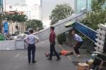 Cổng chào phố đi bộ Nguyễn Huệ đổ sập, đè người đi đường bị thương
